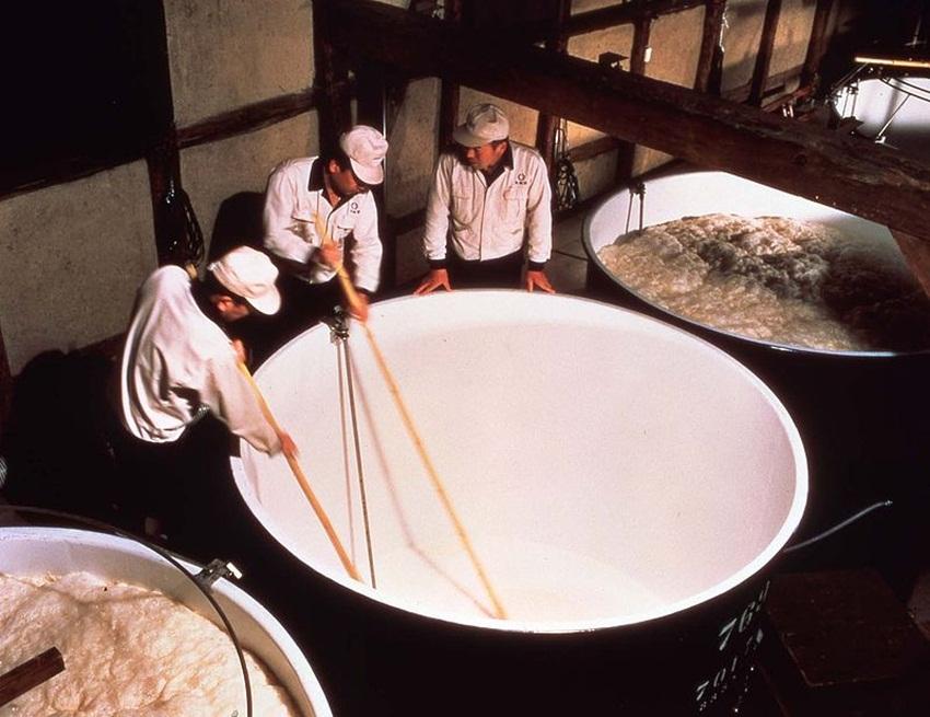 sake brewing - wikimedia commons - Gekkeikan Fushimi Kyoto